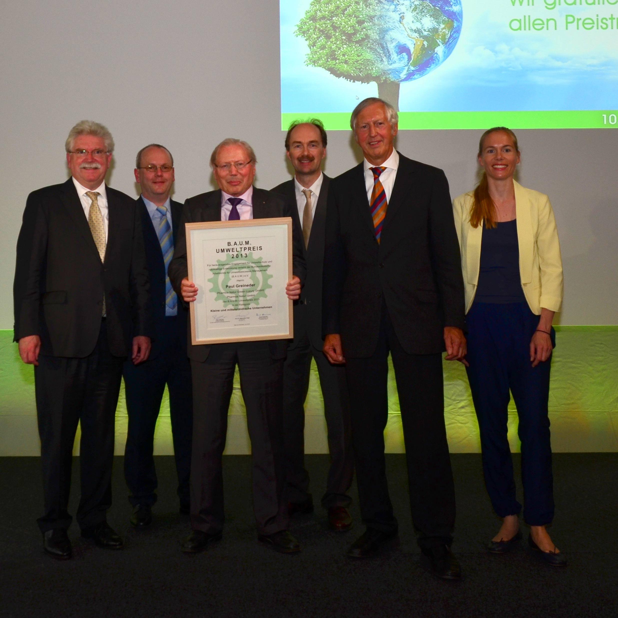 Paul Greineder posiert mit fünf Kollegen für die Asuzeichnung des Baum Umweltpreises