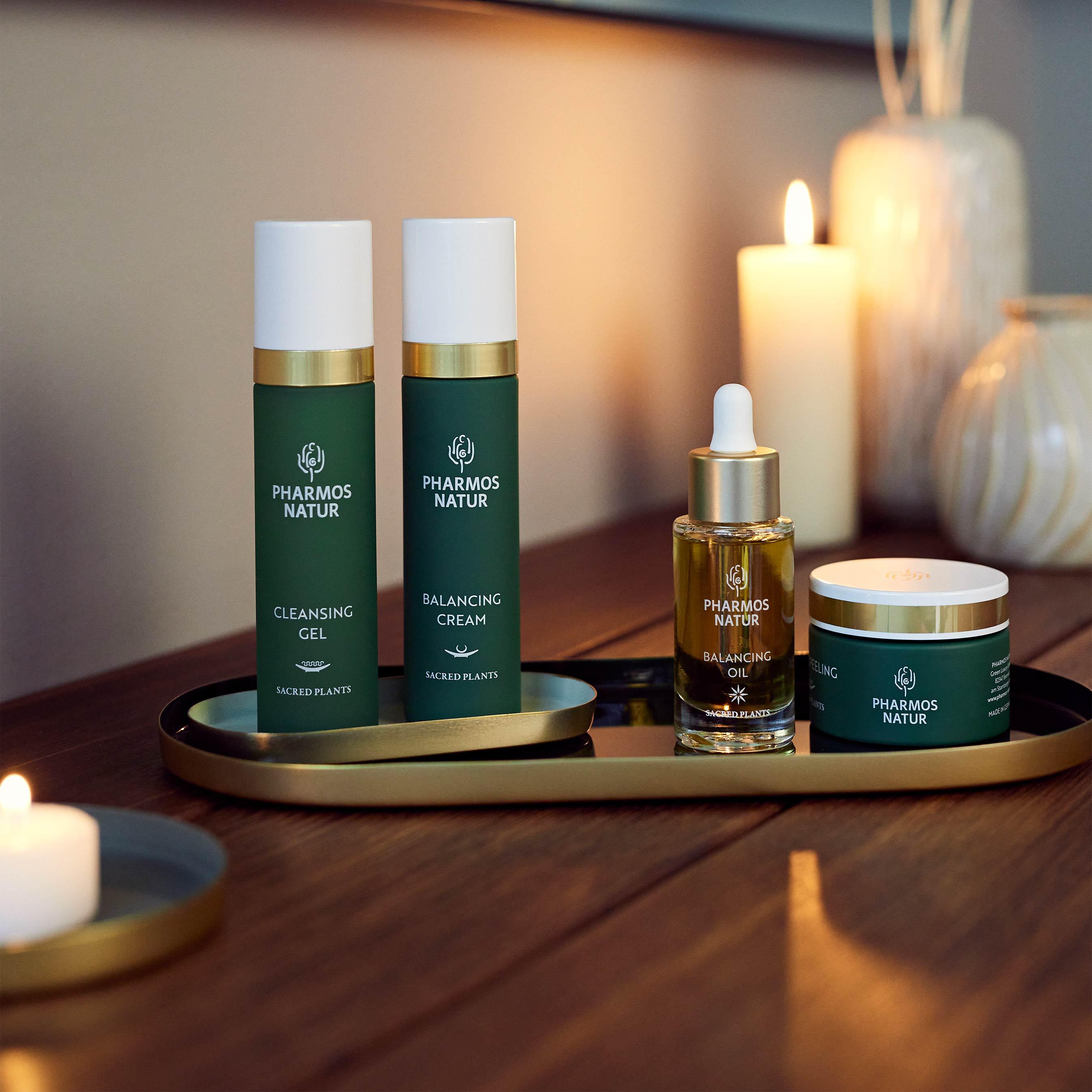 Grüne Mischhaut Produkte mit Kerzen als Dekoration