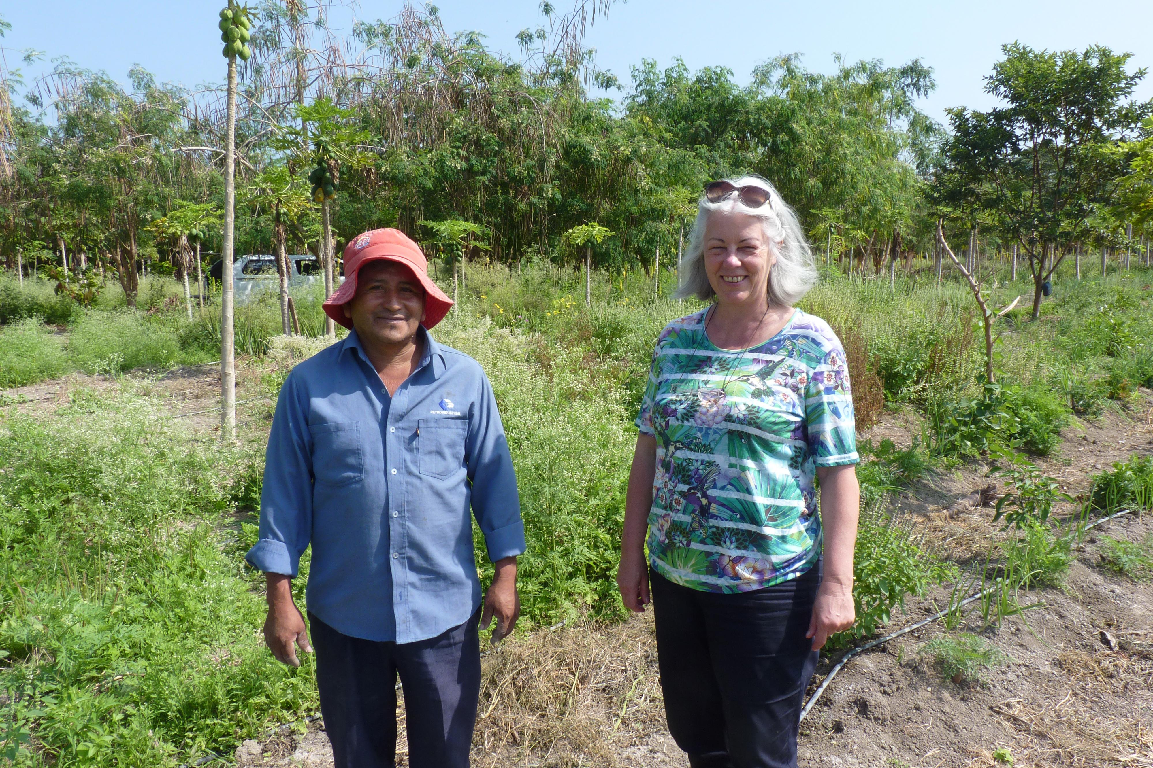 Gründerin Margot Esser neben einem Kleinbauern vor einem Feld