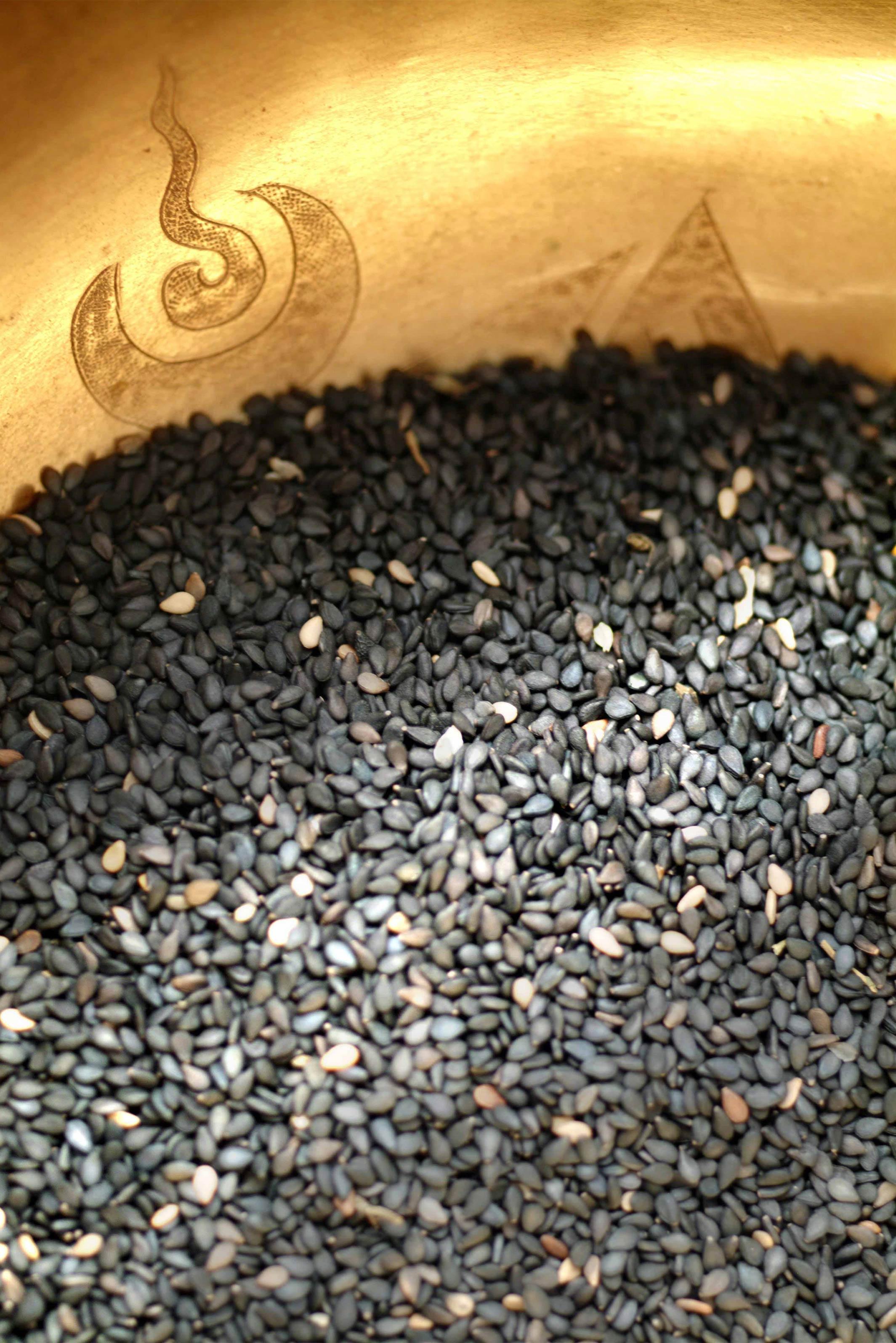 Bildausschnitt vom Schwarzen Sesamsamen in goldener Schale