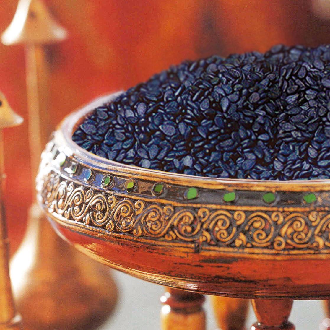 Verzierte Schale mit schwarzen Sesamkörnern