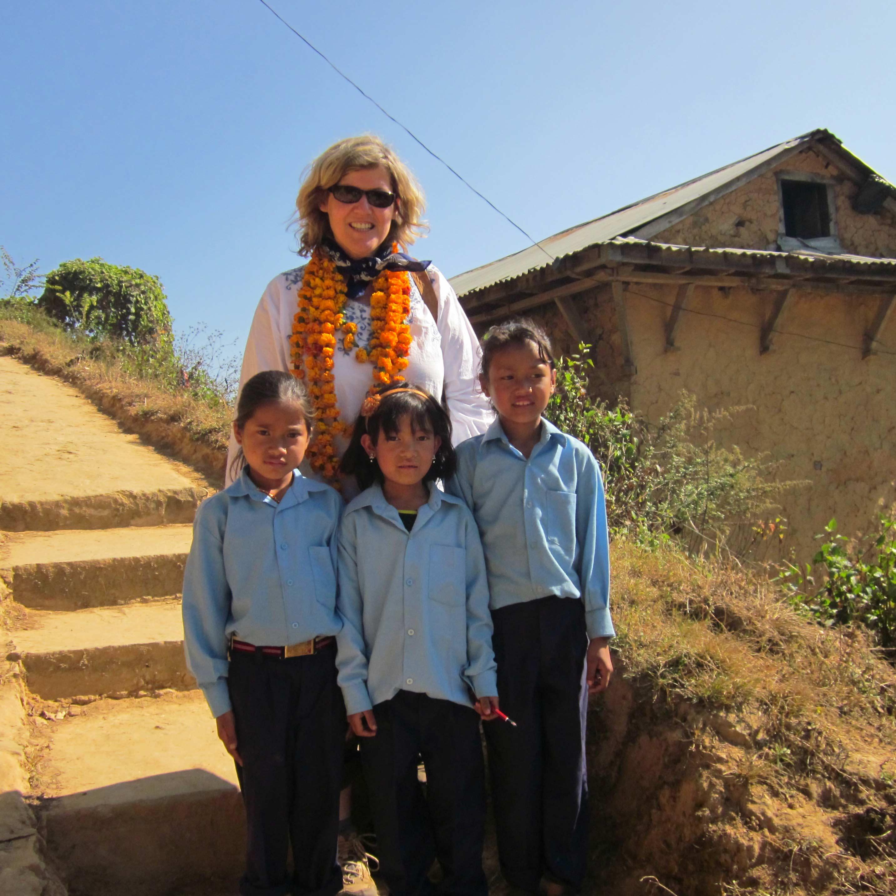 Unserer Akademie Leitung mit Schulkindern in Nepal