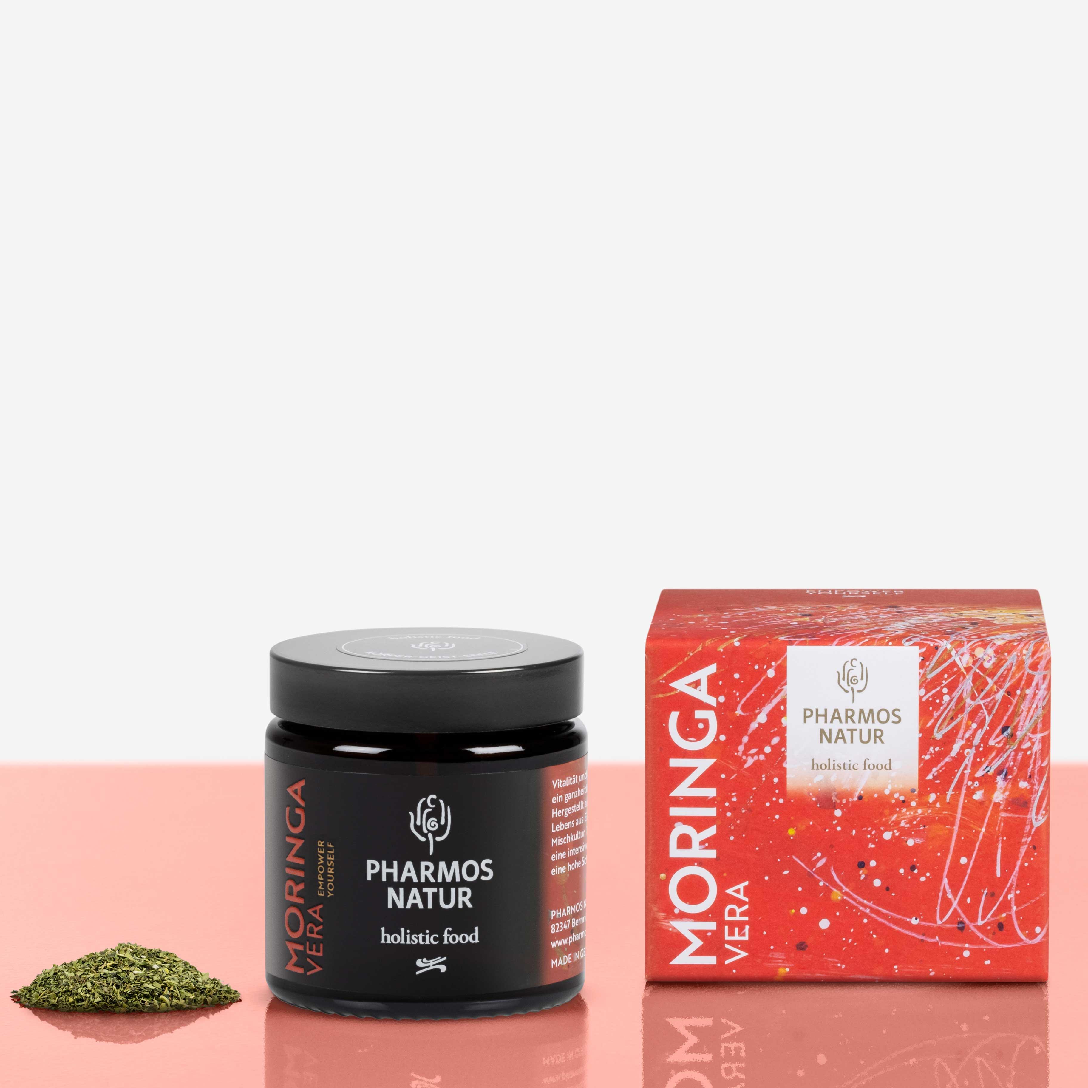 Moringa Vera dunkler Behälter Produktbild neben Pulver und Verpackung