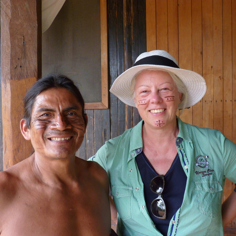 Gründerin Margot Esser neben Einheimischen aus Ecuador mit Gesichtsbemalung