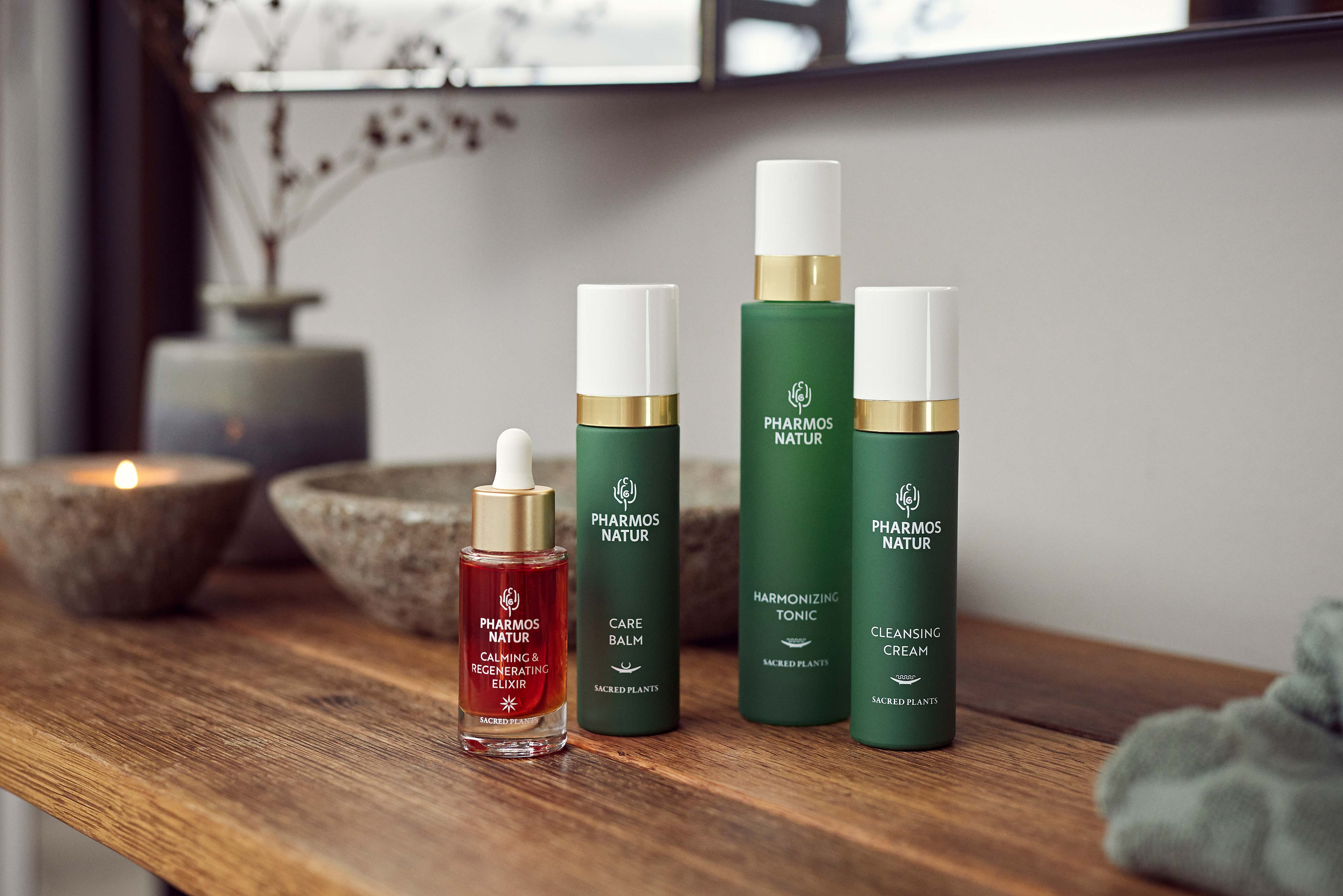 3 grüne Flaschen Care Balm, Harmonizing Tonic und Cleansing Cream mit rotem Öl Serum Calming & Regenerating Elixir