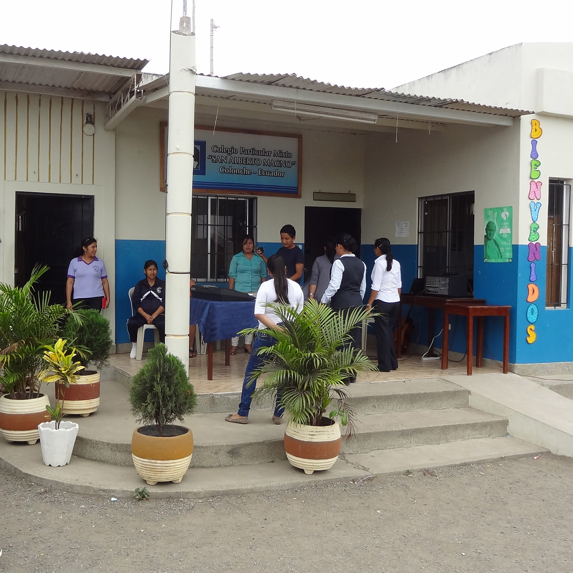 Eine Schule in Nepal, die Kinder stehen draußen versammelt.