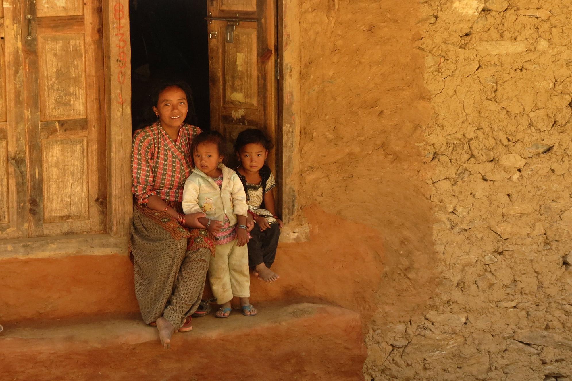 Mutter mit zwei Kindern in altem Stein Haus Einheimische