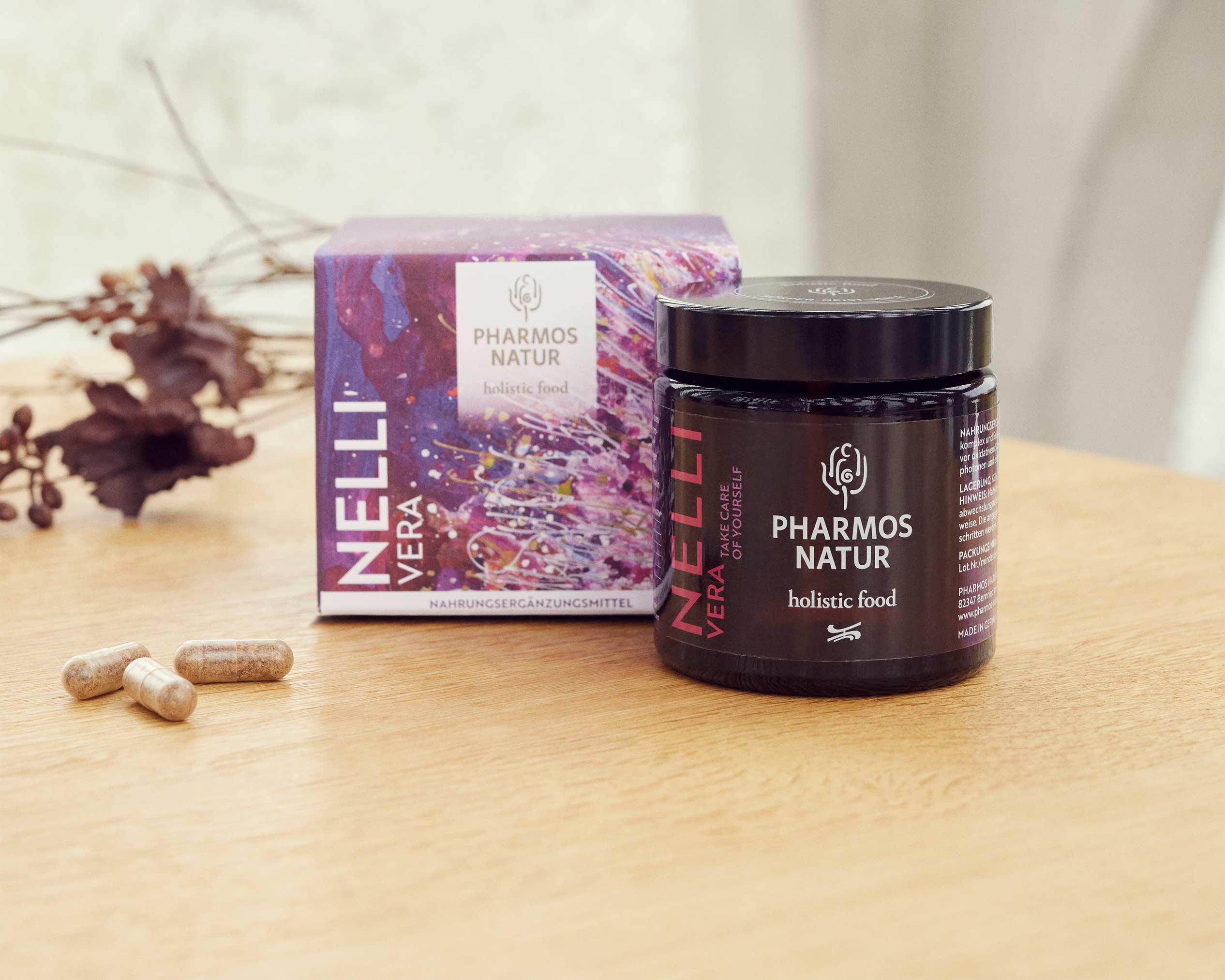 Nelli Vera dunkler Behälter Produktbild neben Pulver und Verpackung