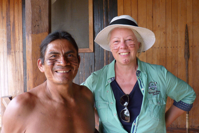 Frau Esser zusammen mit einem Ureinwohner, beide bemalt