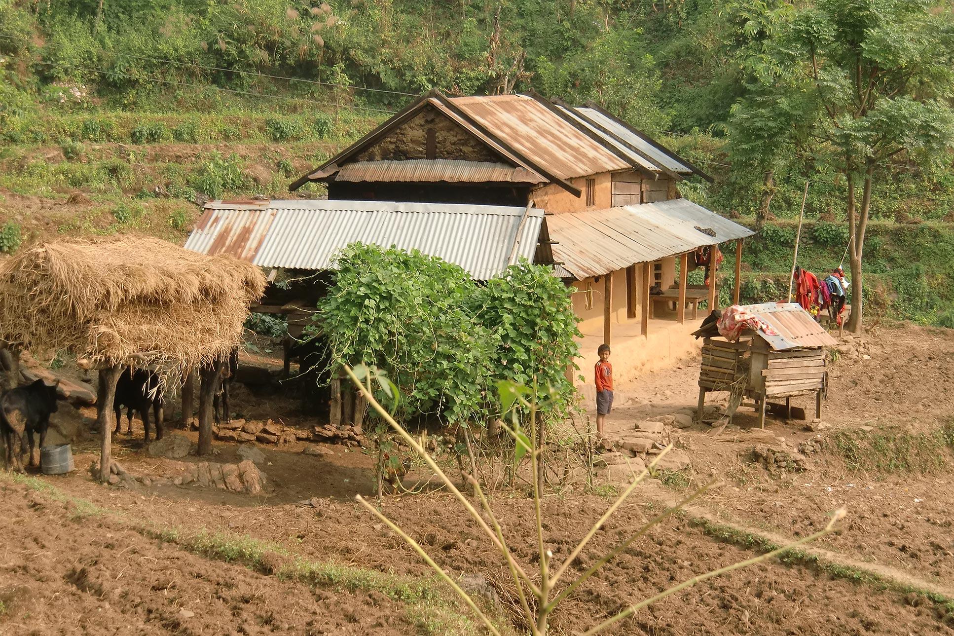 Braunes Haus der Bauern mit Boden und Natur außenrum